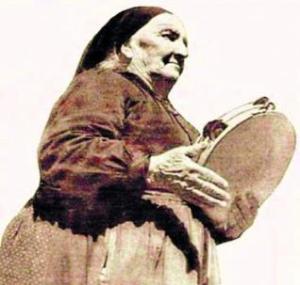 Rogelia Gayo, una de las mujeres a las que grabó Lomax en su periplo asturiano.