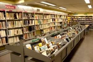 Biblioteca de la Escuela Municipal de Música y Danza de Donostia.  Visto en bookhunterblog.wordpress.com