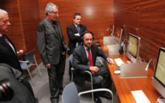 Ripoll escucha los fondos de la fonoteca, en noviembre de 2011, junto a Luis Ivars, Francisco Sánchez y Pedro Romero.  cristina de middel